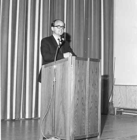 Lars-Olov Tegréus håller tal.