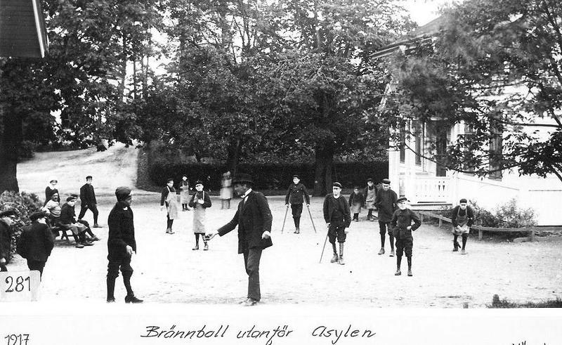 Brännboll utanför Asylen 1917.