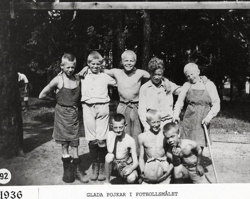 Glada pojkar i fotbollsmålet 1936.