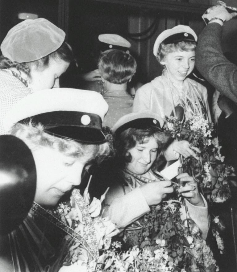 Gullan, Naimy och Gunnel examen 1957.