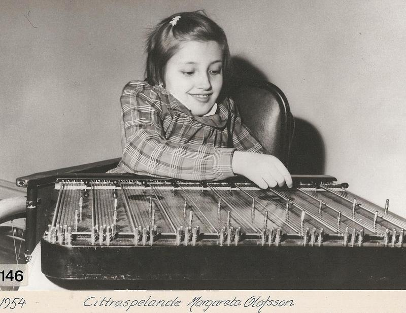 Margareta Olofsson spelar cittra 1954.