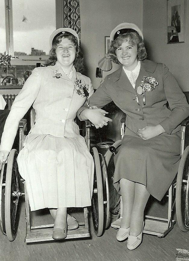Naimi och Gullan examen 1957.