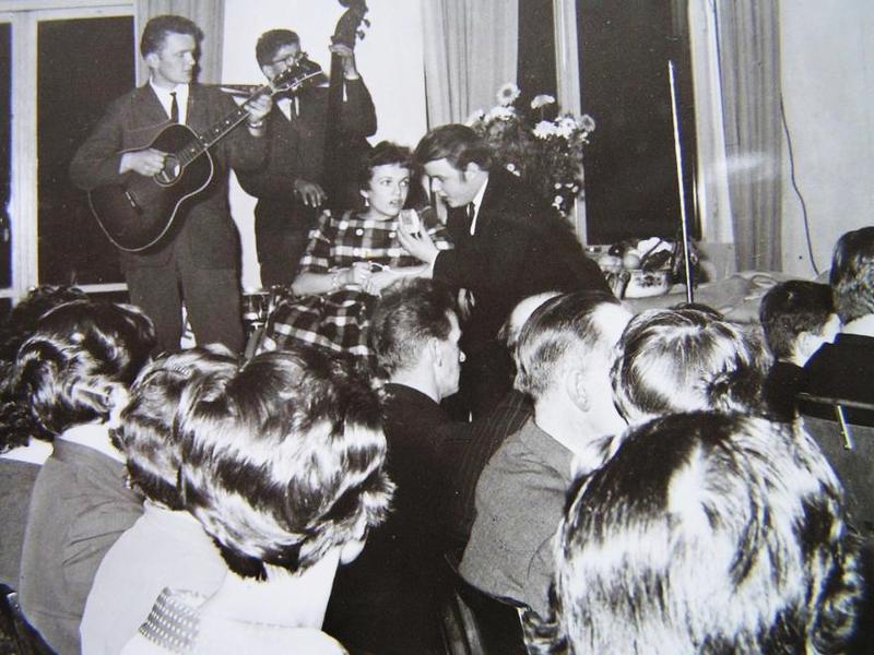 Elsie och Helge underhåller med sång.