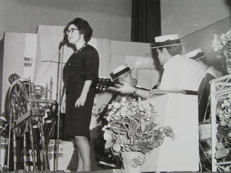 Inga-Lill Holm underhåller med sång.