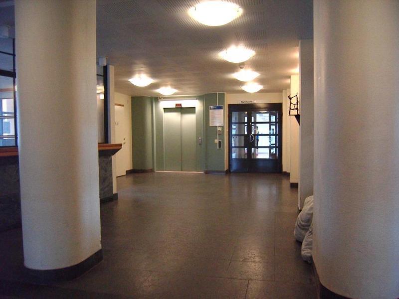Tornhissen och dörren in till samlingssalen.