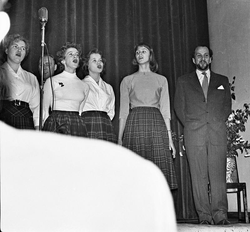 Anna Sundquist (i mitten) ca 1957-58.