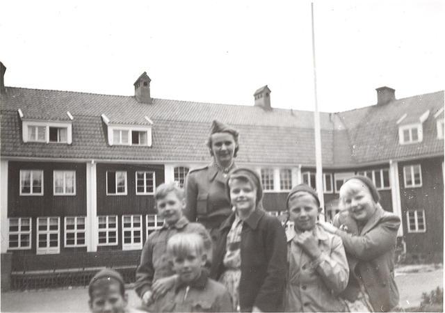 Syster Birgit med elever 1952.