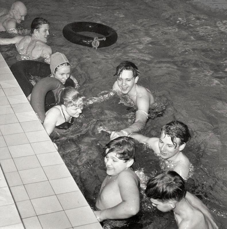 Elever badar i Fredhäll 1957.