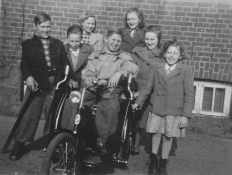 Grupp med cykelvagn slutet av 1940-talet
