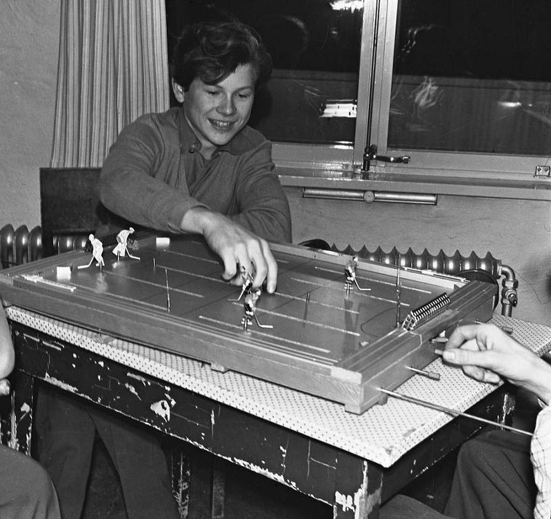 Göran Svanborg spelar ishockyspel på Björnidet 1958.