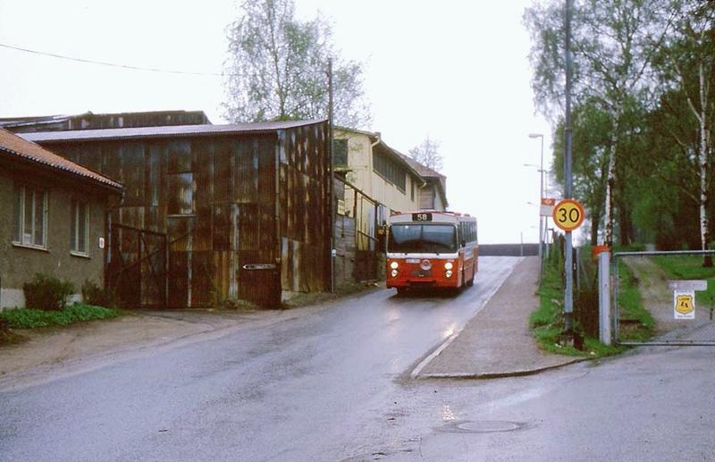 """Buss 58 på väg ner för """"Norrbackabacken""""."""