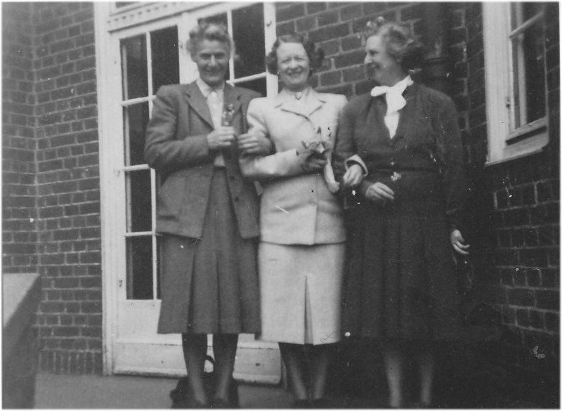 Tre damer på trappan omkring 1947