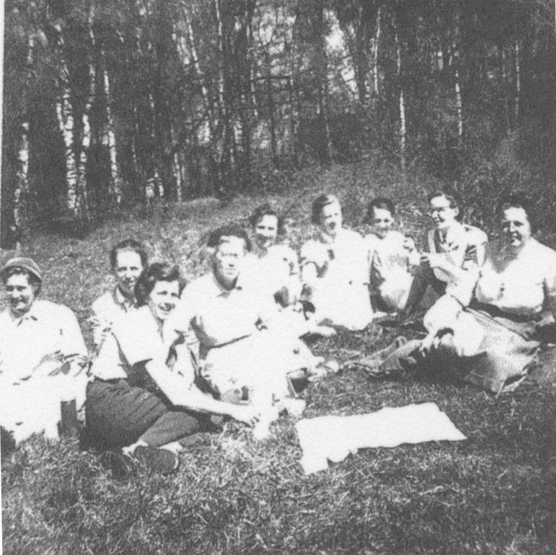Personal i gröngräset mitten av 1950-talet